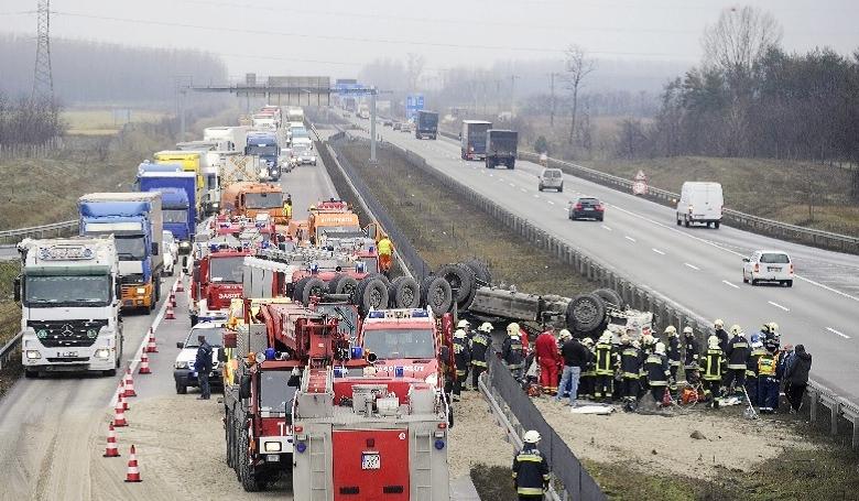 Egymást érik a súlyos balesetek a magyar utakon