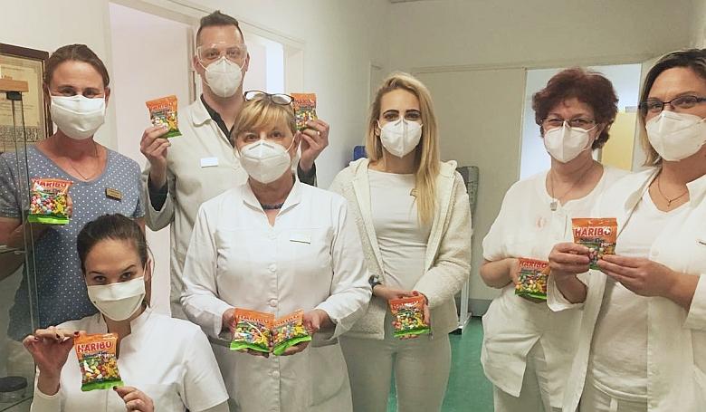 Civilek is segítik a kórházi munkatársakat