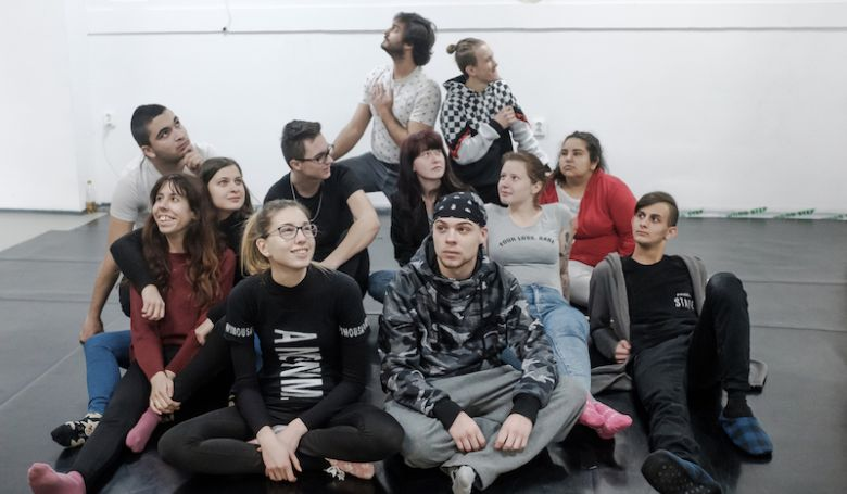 Állami gondozottak adják elő a Kukorica Jancsi című színdarabot a Nemzeti Színházban