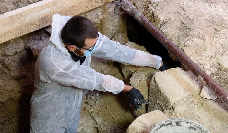 Érintetlen kriptát találtak az erdélyi bánffyhunyadi református templomban