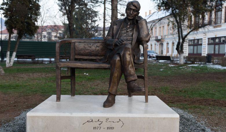 Zilah központjában vasárnap felavatták Ady Endre egész alakos szobrát