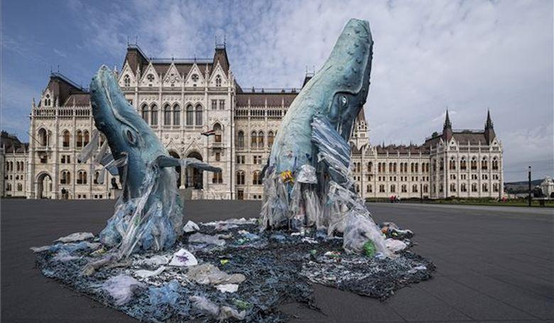 Bálnaszobrok a Parlament előtt