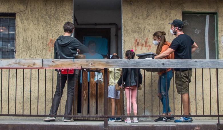 Így vittek önkéntesek ételt Budapest hírhedt utcájába