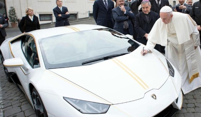Egy luxusautót segélyadománnyá változtatott a pápa