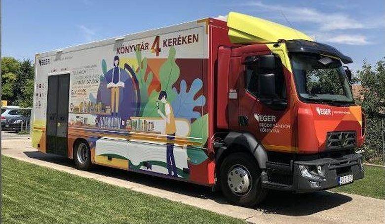 Heves megyei településeket látogató könyvtárbuszt adtak át Egerben