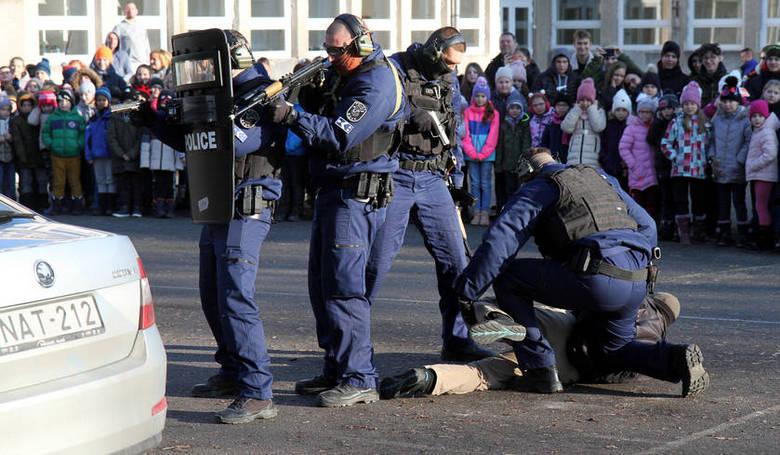 """""""Elfogadó parancs"""" -   rendőrök tartottak foglalkozást autistáknak"""