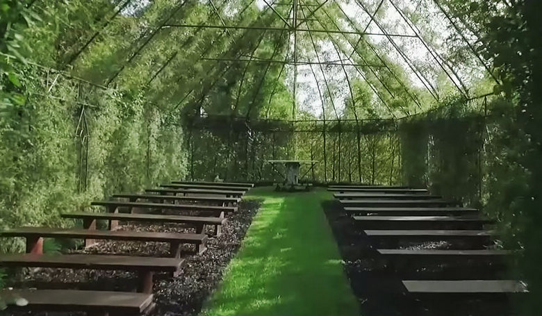 Most kint van a templom!