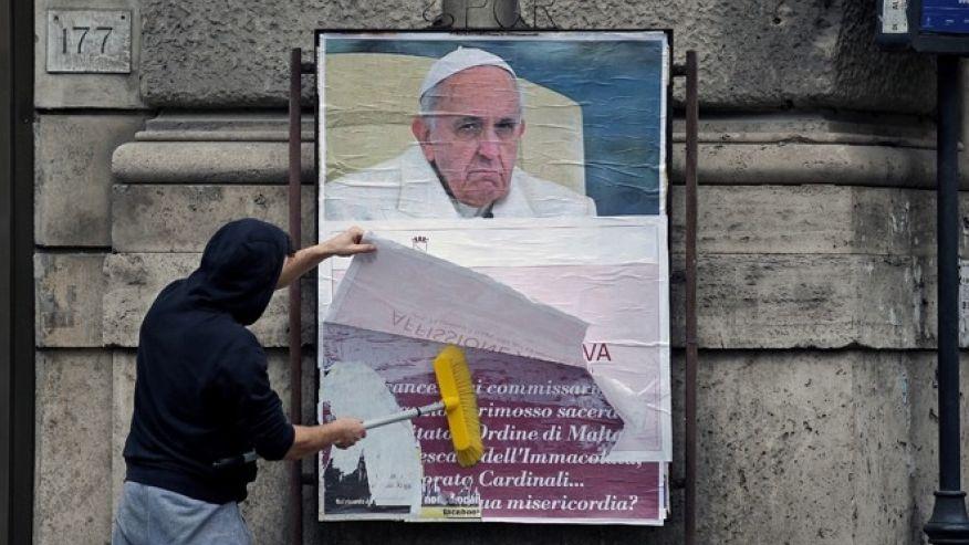 Névtelen rágalmakkal heccelnek a pápa ellen