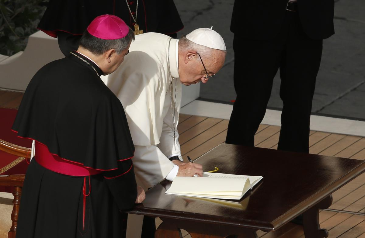 20161121t0619-1187-cns-pope-mercy-close.jpg