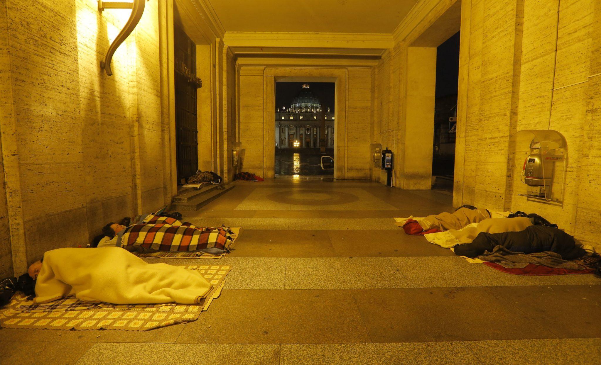 Pápai autók nyújtanak védelmet a hideg ellen a római hajléktalanoknak