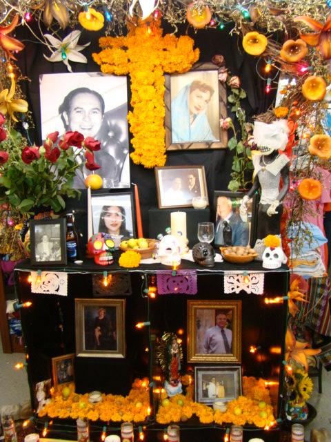 LOS ANGELES<br /><br />Az alteras de muertos vagy ofrendas néven ismert oltárok, melyek az elhunyt szerettek előtt tisztelegnek, sorba rendezve állnak az utcán a kétnapos esemény során.