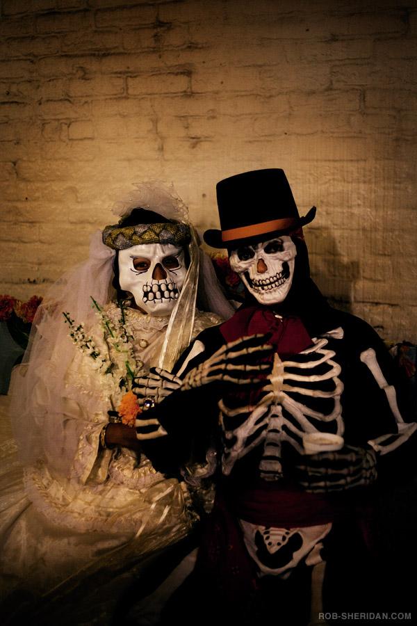 LOS ANGELES<br /><br />A Day of the Dead, vagyis a Halál napja fesztivált az Ilvera utcában tartják, amely Los Angeles belvárosának legrégebbi része. Ide érkezve körülbelül ugyanolyan élményben lehet részed, mint Mexikóban, anélkül hogy átkelnél a határon. A családbarát fesztiválon tánc, arcfestés, zene és ételek várják a résztvevőket. <br /><br />