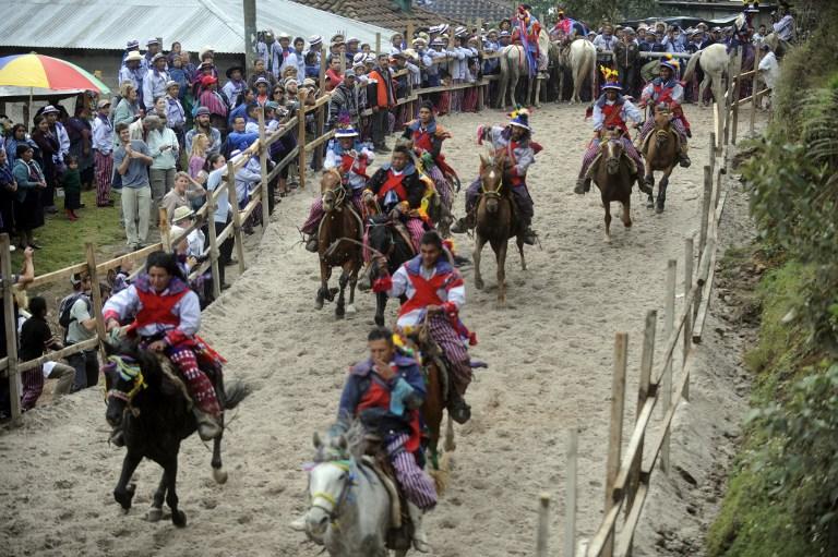 GUATEMALA<br /><br />A három napos ünnepségsorozat része a Ribbon Race (magyarul talán Szalag Futam) vagy Carrera de Cintas, amely egy lóverseny, ahol a lovasok tollakkal díszített, kidolgozott jelmezeket és különleges kabátokat viselnek. A lovasok próbálnak egész nap lóháton maradni, miközben a közel 100 méter hosszú pályán haladva alkoholt isznak. Itt nincsenek vesztesek vagy nyertesek, és következménye sincsen a leesésnek. Egész álló nap pedig marimba zenét játszanak.<br />