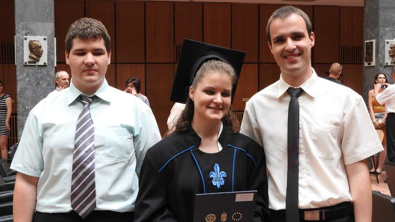 Negyedik diplománál járnak a vak hármasikrek