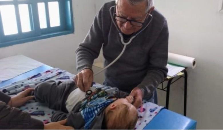 Ingyen vizsgálja a szegény gyerekeket a 92 éves orvos