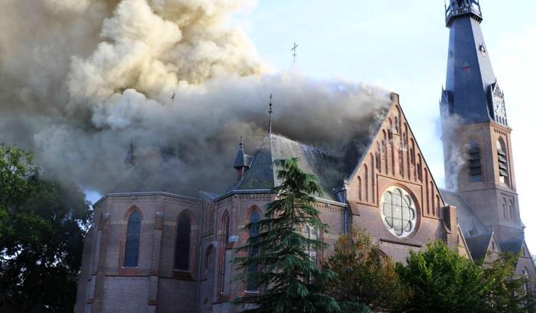 Valóban felgyújtottak a migránsok egy holland templomot?