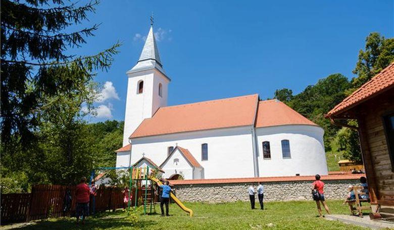 A székelyföldi Atyhán felszentelték az újraépített római katolikus templomot