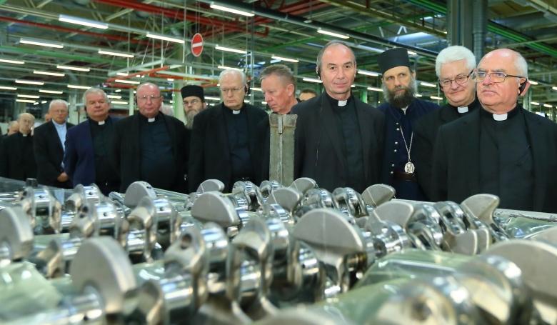 A világ legnagyobb motorgyárában jártak magyar püspökök