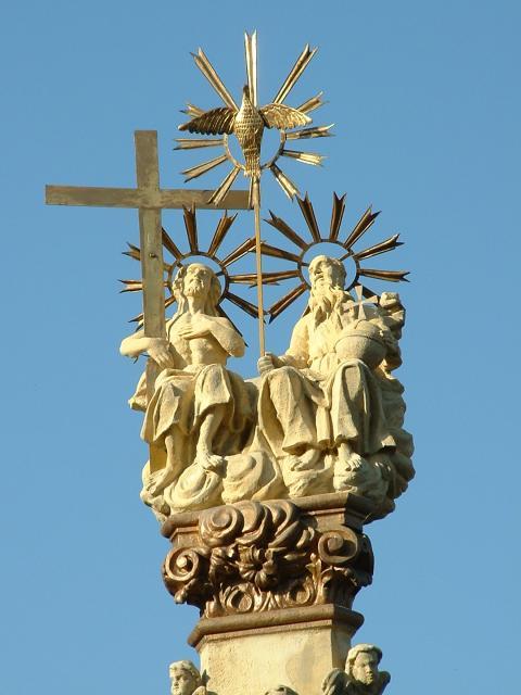 Budai vár<br /><br />Az 1691-es pestisjárvány során a polgárok fogadalmat tettek, hogy ha a járvány elmúlik, Szentháromság-szobrot állítanak hálából. A járvány véget ért, és a szobrot 1706-ban fel is állították, azonban három évvel később, 1709-ben újabb járvány pusztított. A lakosság ezúttal azt fogadta meg, hogy nagyobb, díszesebb szobrot állít az előző helyén, ha ezt a járványt is túlélik. Így történt, hogy 1712-ben a korábban állított szobrot a mai III. kerületi Zsigmond térre helyezték át, és helyébe 1713-ban a Ungleich Fülöp és Hörger Antal szobrászok által készített 14,4 m magas, barokk szobrot állítottak. A műalkotás az 1945-ös ostromban súlyosan megrongálódott, ezért domborműveit és szobrait (a csúcsán álló Szentháromság-szoborcsoport kivételével) a Kiscelli Múzeumba szállították, helyükre pedig a ma is látható, Búza Barna által alkotott rekonstrukciókat állították.