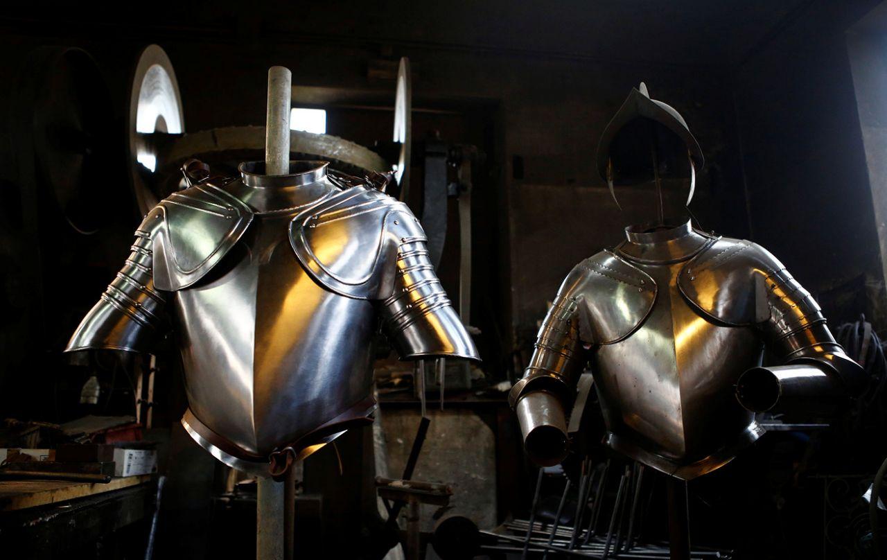 """Így készül a """"vatikáni hadsereg"""" páncélzata"""