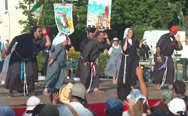 Ding, dong - itt vannak a szambázó szerzetesek