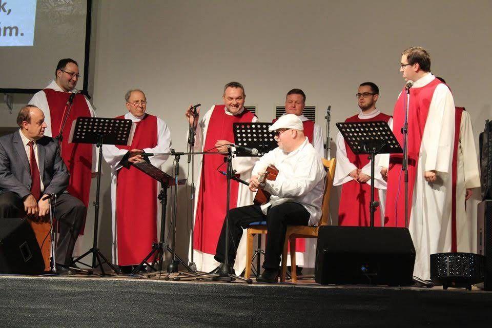Farsangolás papi módra: 2020 januárjának végén Laci atya karmesterkedésével kántori, diakónusi segédlettel együtt daloltak a nyíregyházi papok (a fehér sapkás gitáros is katolikus pap)