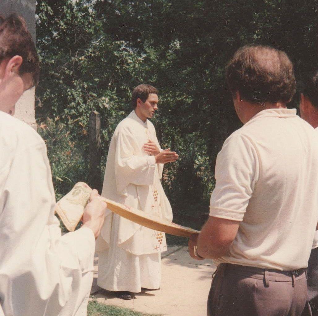 Újmisés áldás a geszterédi primícia végén, 1986-ban (a fotó a Gégény család archívumából származik)