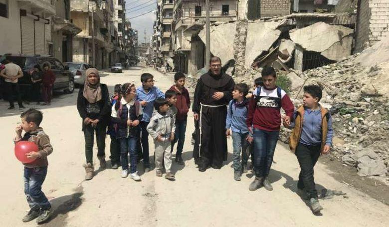 A háború romjain küzd a gyermekekért a ferences szerzetes