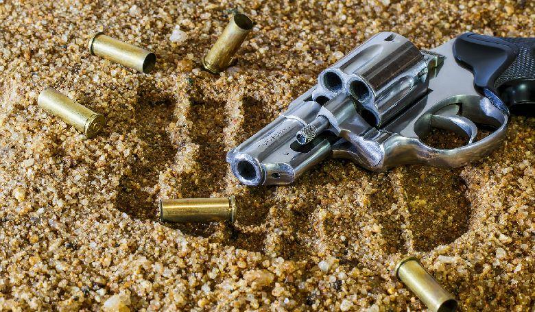 Lőfegyvereket és lőszert találtak a pénzügyőrök Röszkén