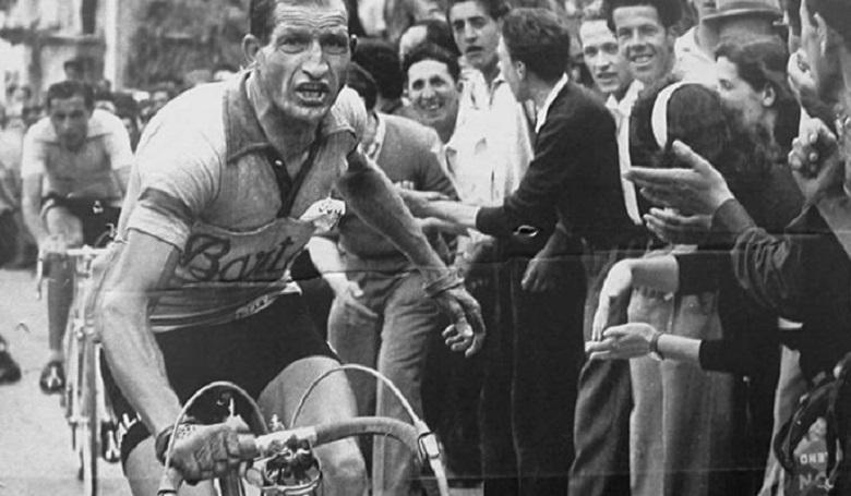 Biciklivázba rejtett okmányokkal mentett embereket a világhírű sportoló