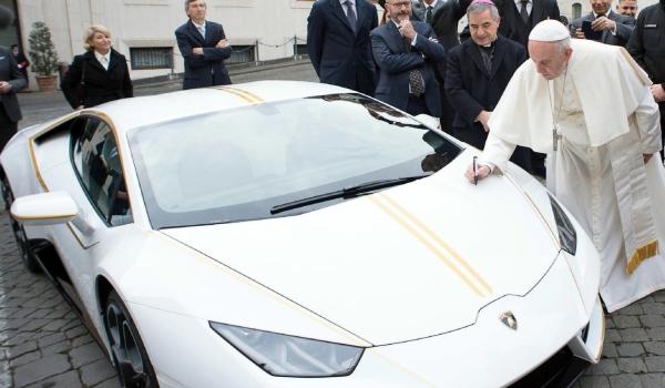 Lamborghini sportautót kapott Ferenc pápa