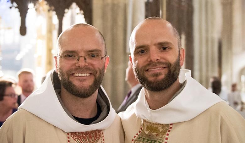 Mik vannak: pap lett egy pap ikertestvére!