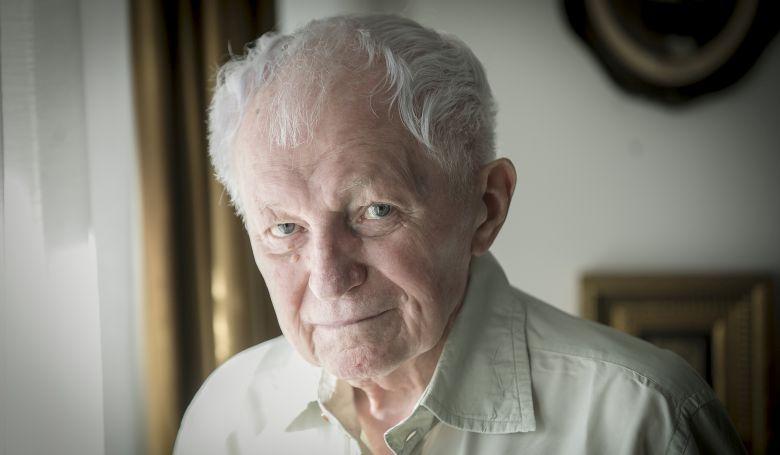 85 éves a költő, aki első verséért pofont kapott
