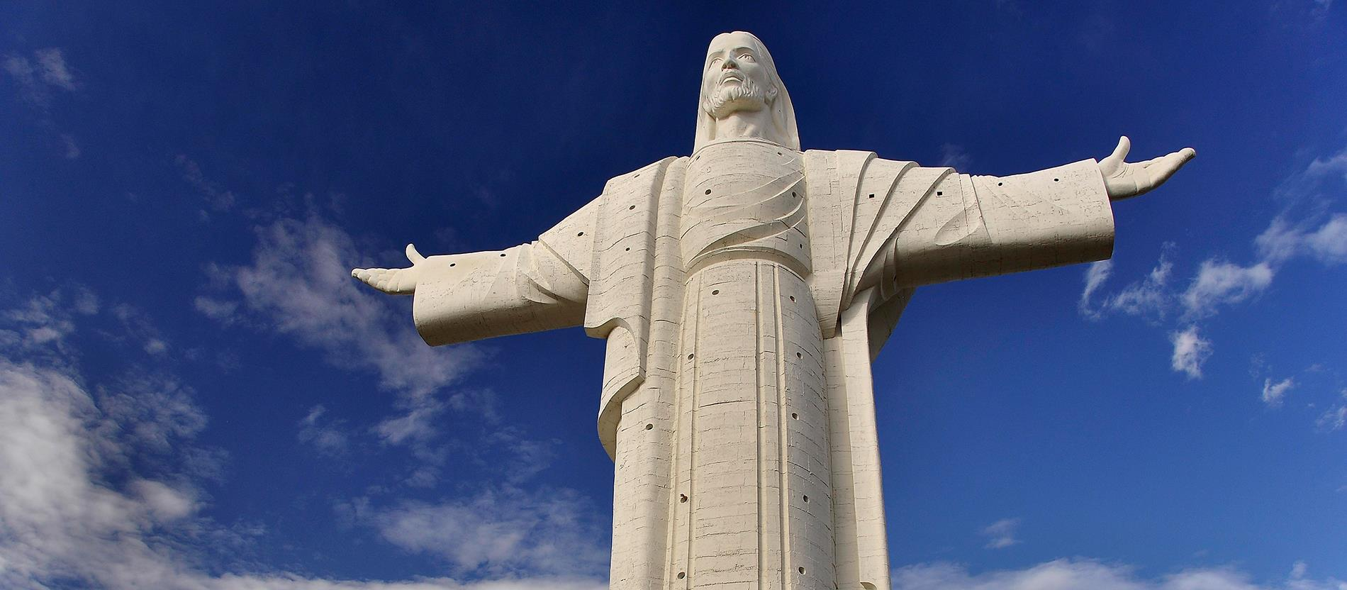 Az 1980-as évek óta áll ez a több mint 34 méter magas Békesség-szobor bolíviai Cochabambában, melynek jobb keze észak, bal keze pedig dél felé mutat. Vasárnaponként a Jézus 'karjain' lévő kilátópontok is látogathatók.