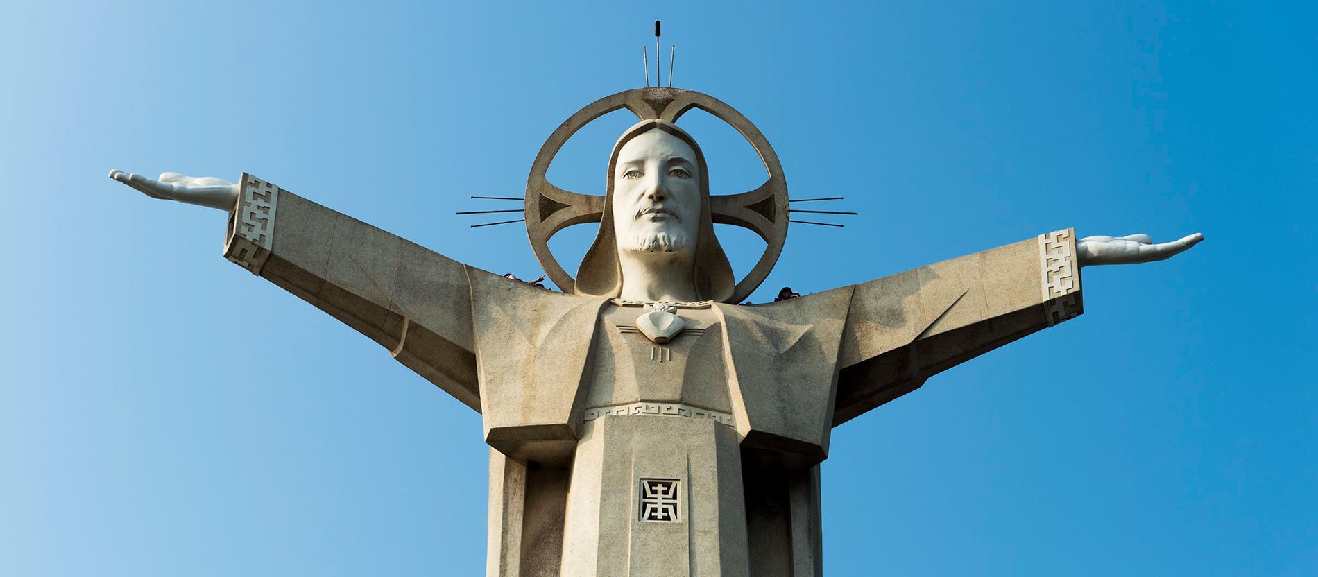 A kommunista Vietnamban, 1993-ban sikerült elérnie egy rendszerhez közel álló katolikus egyesületnek, hogy ezt a 32 méteres Krisztus-szobrot, mely Vung Tau városát díszíti.