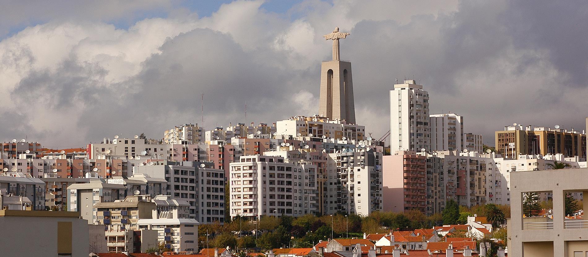 A portugáliai Almada városa fölé emelkedik ez a 28 méter magas szobor, melyet a II. világháború befejeztével, hálából emeltek. 75 méteres talapzata miatt jó kilátást biztosít szemben lévő Lisszabonra.