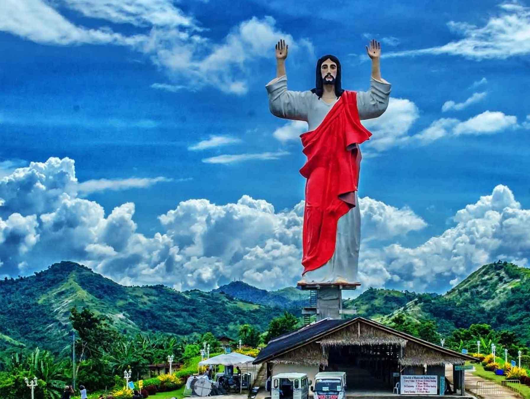 A Fülöp-szigeteki Roxasban áll a Jézus megszentelt szívét jelképező szobor, mely 31 méteres magasságával a Fülöp-szigetek legnagyobb Krisztus-szobra. <br />(Kép forrása: ttnotes.com)
