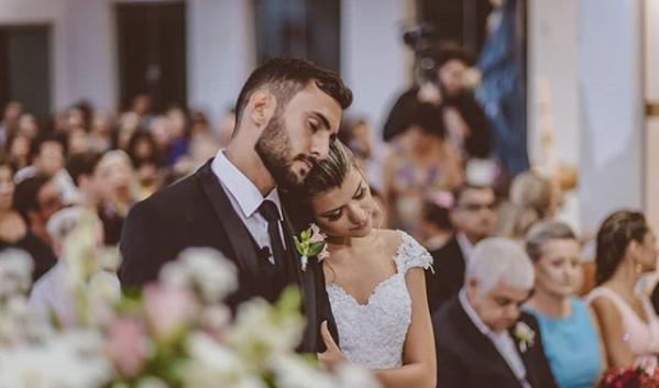 Ana Paula Meriguete & Victor Ribeiro<br /><br />Ez a keresztény pár búcsút intett a hagyományos esküvőnek, ehelyett hátrányos helyzetű gyermekeket és családjukat, összesen 160 főt láttak vendégül az esküvői vacsorájukon. Tökéletesen példázzák, hogy helyezzünk másokat előtérbe<br />