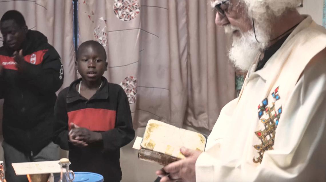 Renato Sesana atya <br /><br />Renato Sesana atya, akit Kizito atyának is hívnak, egy misszionárius, aki évekig mentett meg gyermekeket az utcáról - többnyire elhagyatott, bántalmazott, alultáplált árvákat - és fogadta őket a Kivuli (vagy 'menedékház') Center-ben. <br /><br />