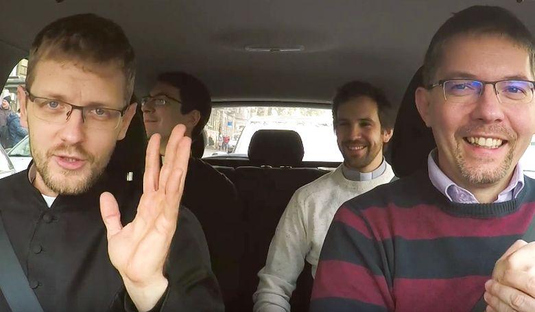 3 pap ül 1 autóban. Ez vicces?