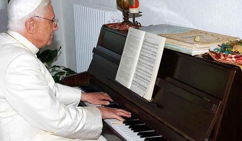 Láttál már pápát zongorázni?