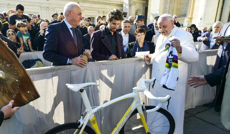 Zéró emissziós versenyjárművet kapott a pápa