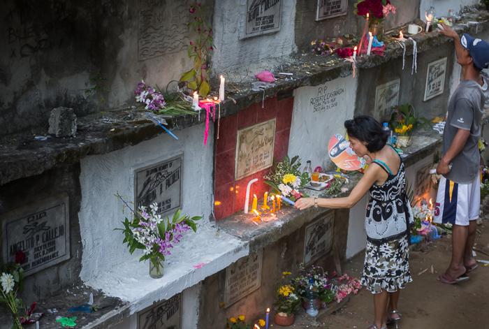 FÜLÖP-SZIGETEK<br /><br />Több millióan ünnepelnek a Fülöp-szigeteken is. A legtöbb iskola ilyenkor zárva van, tökéletes időpont  a családi összejövetelekhez.  <br />Sok Fülöp-szigeteki látogat el a temetőkbe, ahol a teljes napot akár még az éjszakát is eltöltik, emlékezve az elhunytra. Imádkoznak, családi pikniket tartanak, gyertyákat gyújtanak és virágokat helyeznek ki. Nem ritka, hogy a papok szenteltvízzel áldják meg a sírokat, és együtt imádkoznak a családokkal.<br />