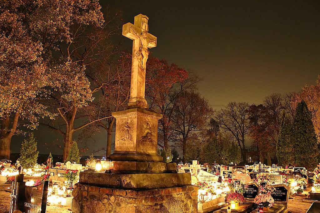 LENGYELORSZÁG<br /><br />Az All Souls Day (Zaduszki), itthon Halottak napja, Lengyelországban a szláv katolikusok által tartott ünnep, amely a Mindenszentek napján kezdődik. Ellentétben a mexikói vidám és élettel teli ünnepségekkel, ez a csendes megemlékezés ideje. Sok városban az utcák kiürülnek és extra buszok járnak, hogy a  csendes, ünnepélyes tömegek a városi csomópontok és temetők között közlekedhessenek, a halottaikra emlékezve<br /><br />
