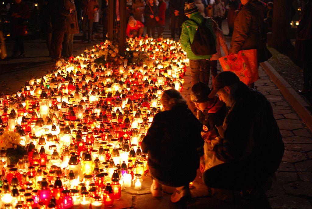 LENGYELORSZÁG<br /><br />A temetőket ezer és ezer gyertya világítja be, ezzel lélegzetelállító légkört teremtve.