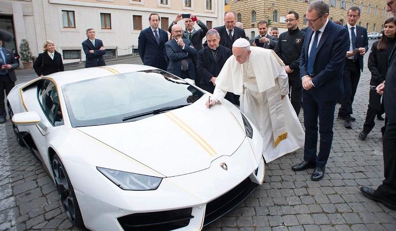 Alig 3 ezer forintért tiéd lehet Ferenc pápa sportkocsija
