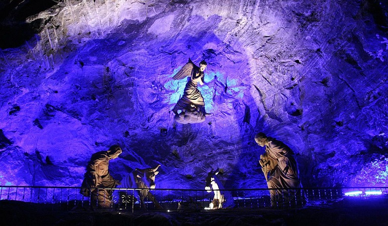statuary_inside_the_salt_cathedral_wiki_commons.jpg