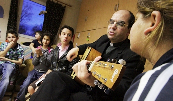 A szombathelyi püspök ajtót nyitna az Őcsényben nem szívesen látott menekültek előtt
