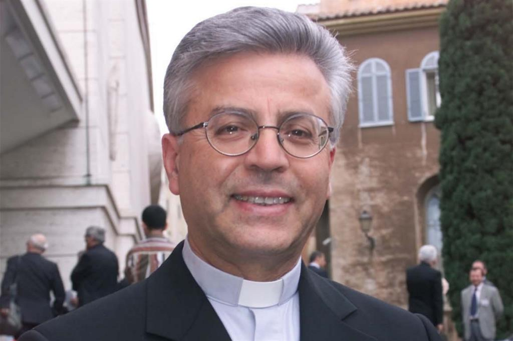Misszióra indul a nyugdíjas püspök