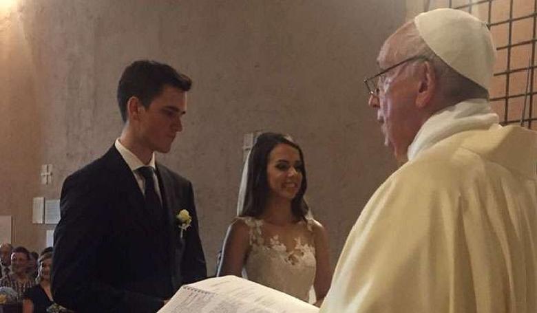 Ha meghívod a pápát az esküvődre, vigyázz, még a végén tényleg eljön!